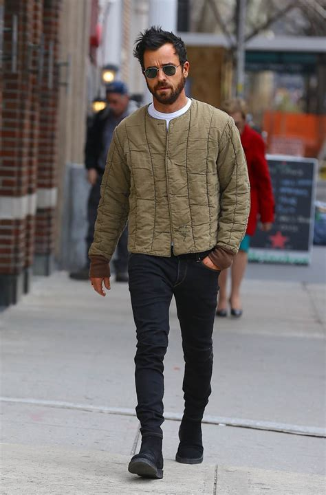 Justin Theroux hides his ring finger in his pocket while